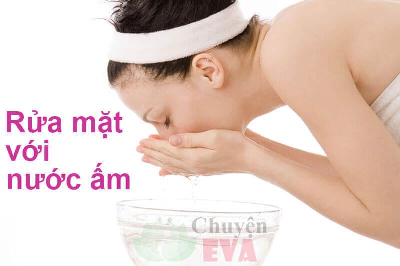 rửa mặt với nước ấm